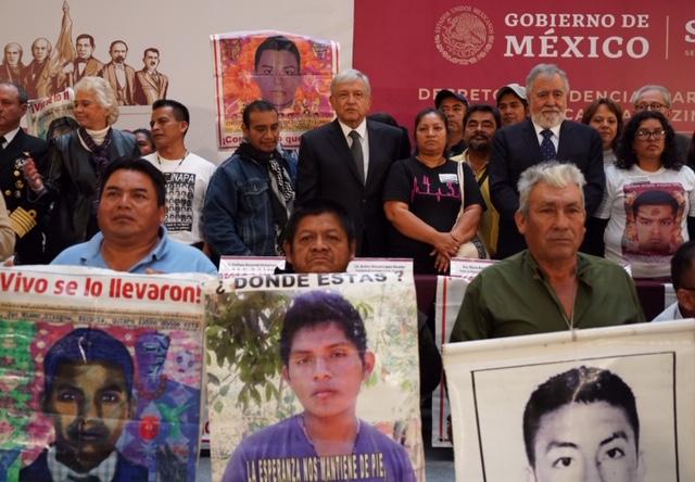 03-12-18-FOTO-12-FIRMA-DECRETO-PRESIDENCIAL-PARA-LA-VERDAD-EN-CASO-AYOTZINAPA