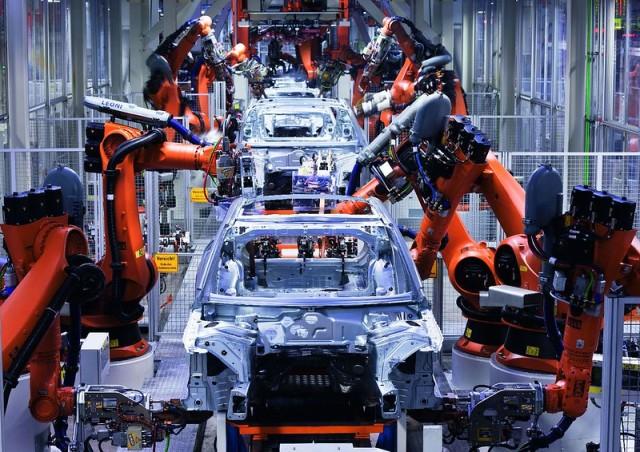 Audi Produktion Ingolstadt ? Karosseriebau /Im Karosseriebau fertigen 1.800 Mitarbeiter und 2.800 Roboter die Karosserien fuer fuenf Fahrzeugvarianten.